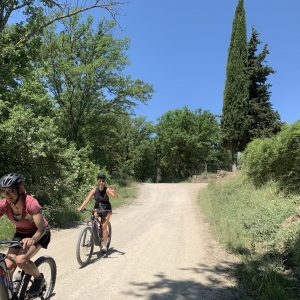 Chianti bike tour - Smiling girls on e-bike